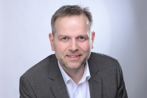 Sağ populist parti AfD'nin Mecklenburg Vorpommern Eyalet Meclis Grubu Başkanı ve Eyalet Teşkilatı Sözcüsü Leif Erik Holm, Antenne VM radyo kanalında AfD'ye katıldığı için işine son verildiğini iddia etmişti