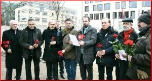aypa-20161213-berlinli-aktif-gazeteciler-elcilik-onunde-bildiri-okuyup-kirmizi-karanfil-biraktilar-2